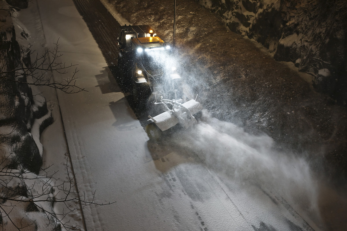 Snow-sweeping and de-icing on the Baana express bikeway in spring 2017. Photo: Pertti Nisonen