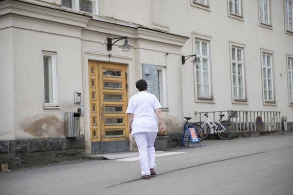 Nurse walking in front of the Laakso hospital.