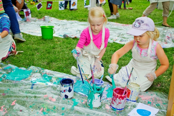 Kids painting in a park. Photo: Lauri Rotko, City of Helsinki